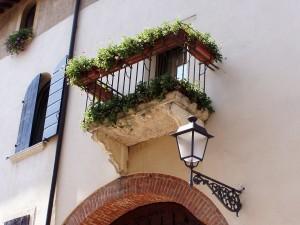 balcony-199802_1920